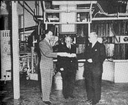 Kistemaker overhandigt eerste verrijkte uranium